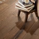 ciepłe drewno w salonie